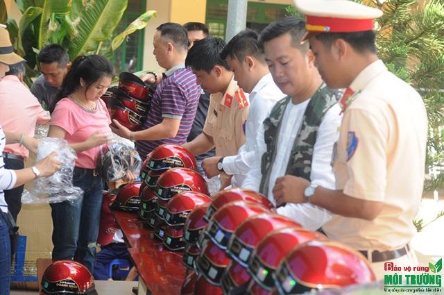Ông) Hoàng Lê Anh Tuấn trưởng ban truyền thông CLB cùng anh em CLB chuẩn bị nón bảo hiểm và quà cho các em học sinh