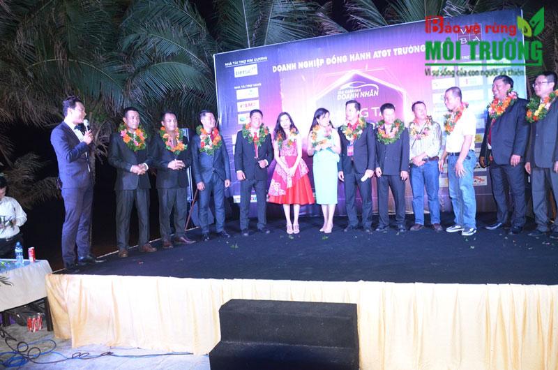 Đêm Gala Dinner, các thành viên BTC nhận kỉ niệm chương.