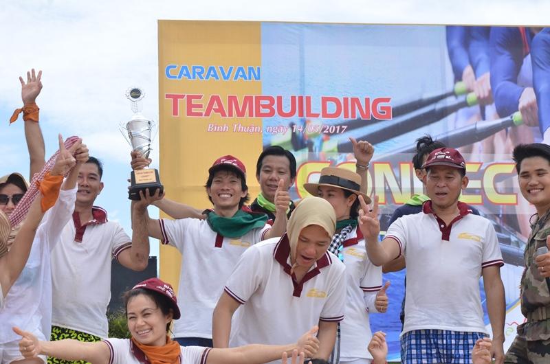 Đội giành chiến thắng trong các trò chơi Team Building trên bãi biển.