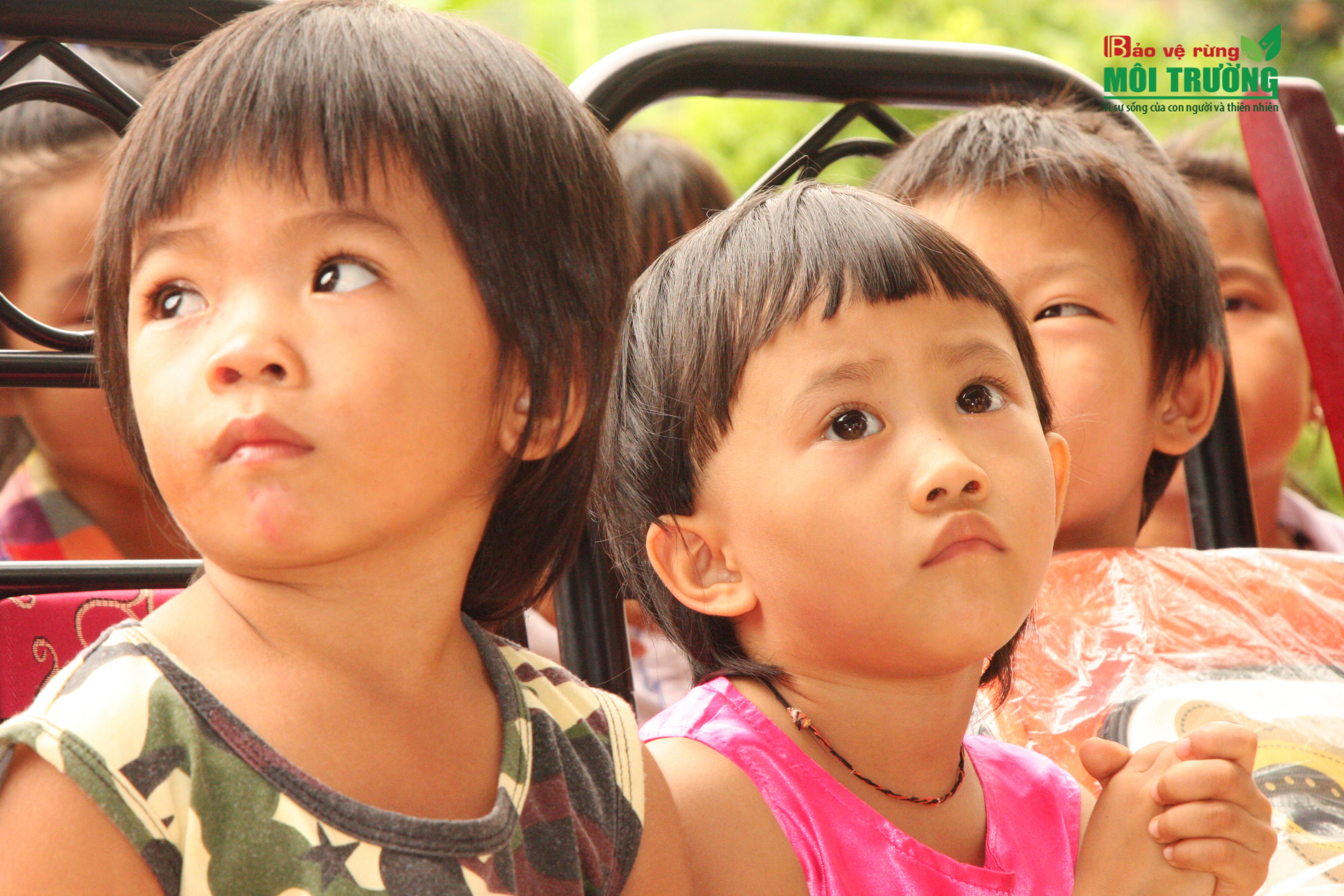 """Tác phẩm: """"Ngày mai"""" – Ảnh Xuân Thời. Cả 2 bé gái, với đôi mắt tròn xoe. Trong đôi mắt của các em, là sự hướng về tương lai, đôi mắt của ước mơ, khát vọng. Và đôi mắt Tây Bắc ấy đang ngước nhìn và khát vọng về những ngày mai…"""