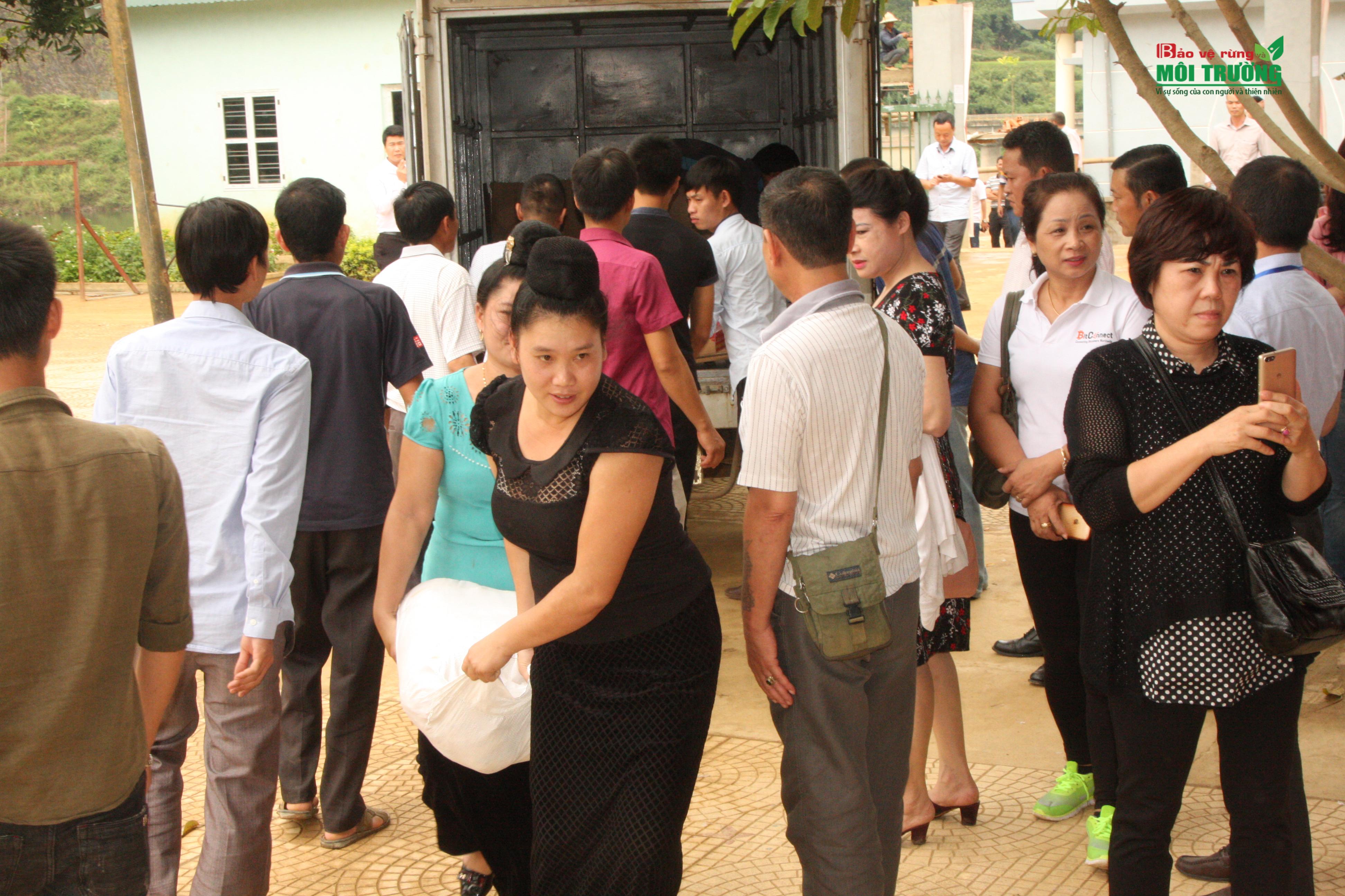 """Đoàn """"Caravan Doanh nhân: Báo chí đồng hành cùng doanh nghiệp"""" trao quà cho thầy cô và các em học sinh 3 trường Mầm non, Tiểu học và Trung học cơ sở tại xã Hua Trai, huyện Mường La, tỉnh Sơn La."""